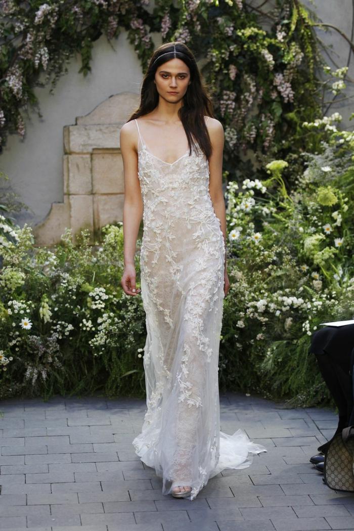 vestido refinado en estilo hippie chic, largo vestido con correas finas y escote atrevido, tul con bordado de flores