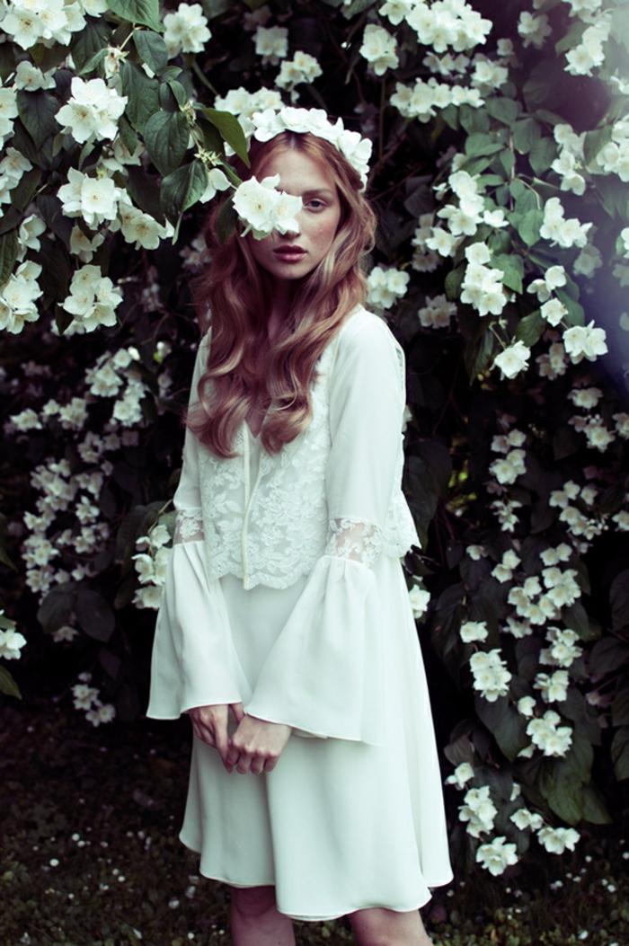 vestido original y elegante con longitud hasta la rodilla, vestidos en estilo hippie chic, pelo largo ondulado con diadema de flores