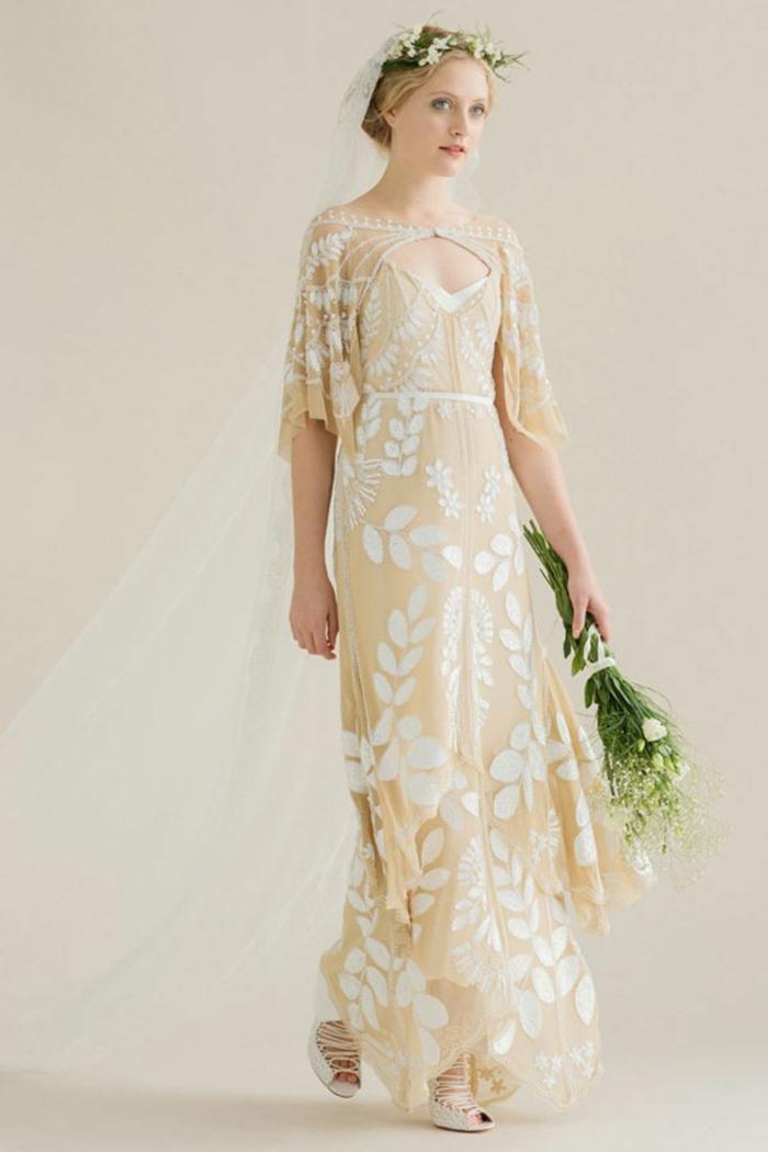precioso vestido en beige con ornamentos florales en blanco, escote original, pelo recogido y tiara de flores