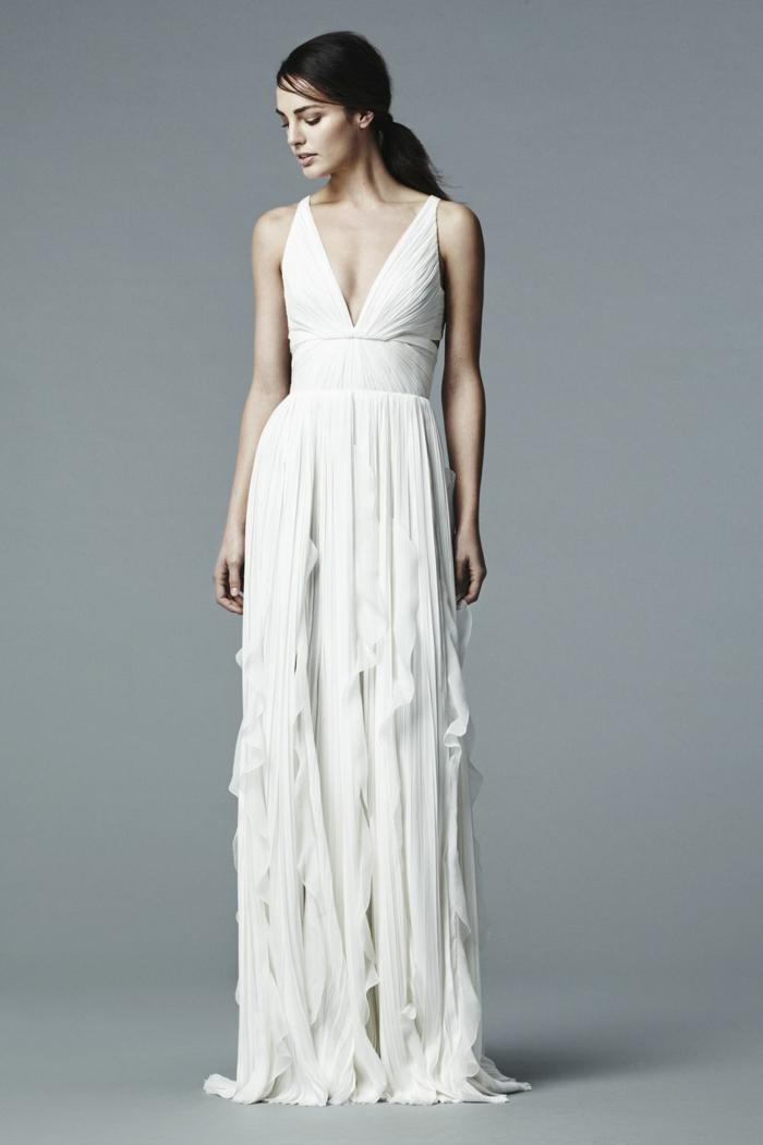 vestido boho de encanto, falda original y parte superior con escote en v, pelo recogido en coleta baja