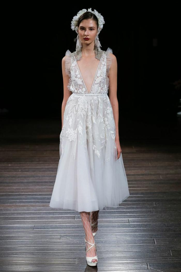 propuesta original, diseño encantador de vestido boho, escote muy atrevido, vestido en color blanco nuclear con bordado de flores