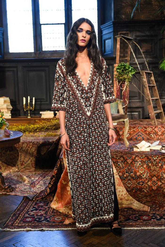 ideas ropa boho chic, tendencias en el estilo hippie chic 2018, largo vestido maxy con estampados de flores pequeños y escote atrevido