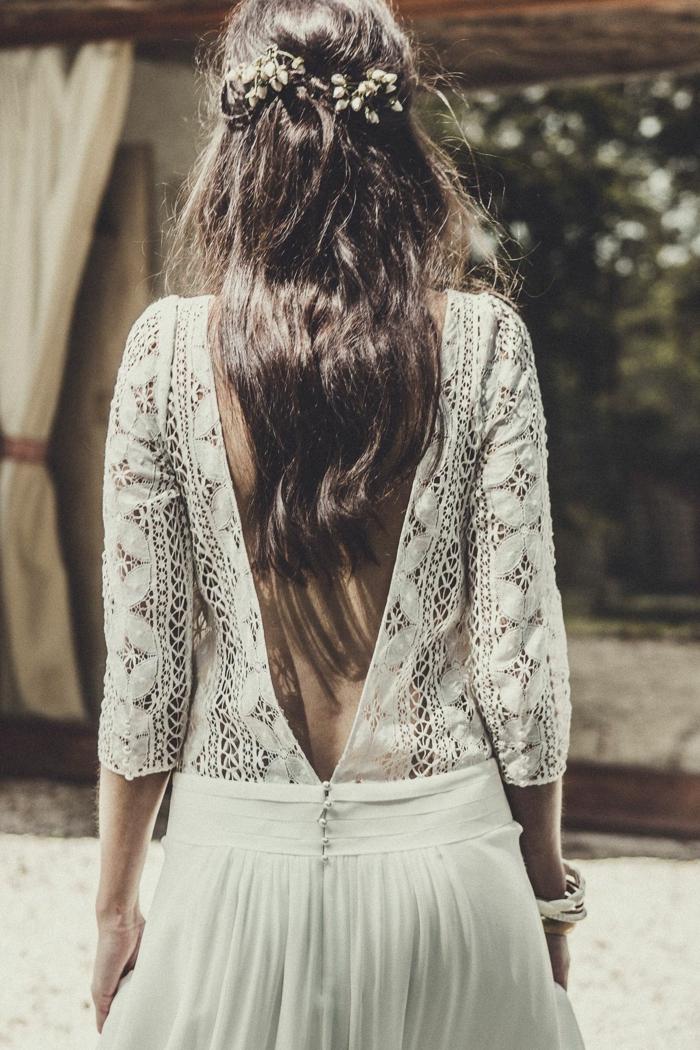vestido boho con espalda semidescubierta, parte superior de encaje, falda aireada con cintura baja, pelo semirecogido