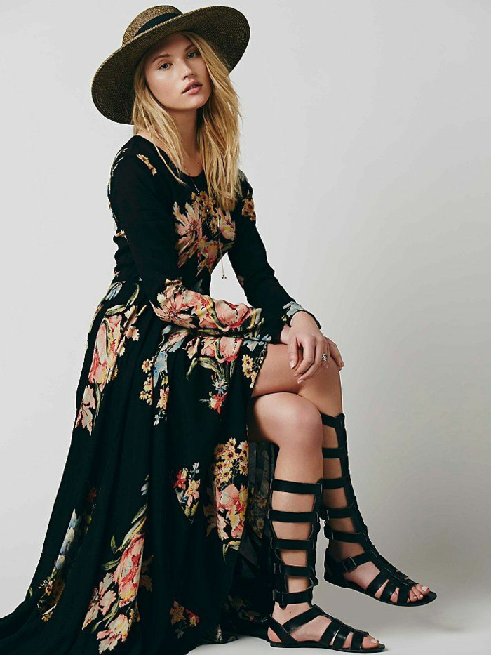 propuesta moderna en negro, ropa boho chic con estampados de flores, vestido largo con grande hendidura y mangas largas