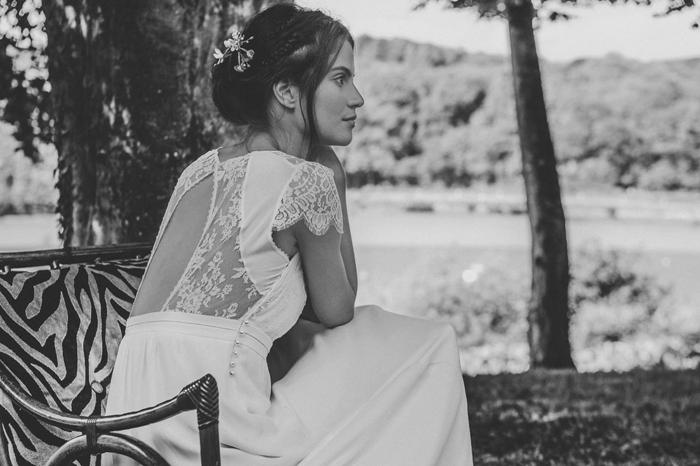 precioso diseño vestido boho con espalda semidecubierta, falda de cintura alta y pelo recogido en moño