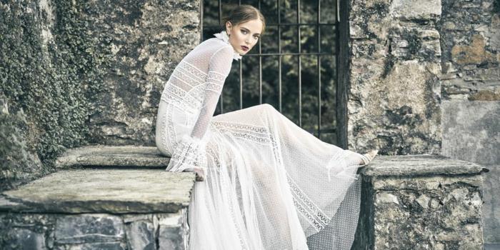 propuesta vestido hippie según las últimas tendencias, vestido de encaje con mangas largas transparentes, pelo recogido en moño apretado