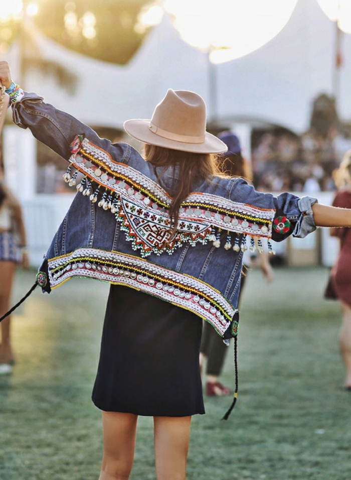 ideas ropa boho chic, vestido corto en negro de diseño sencillo, con chaqueta de denym ornamentada motivos étnicos