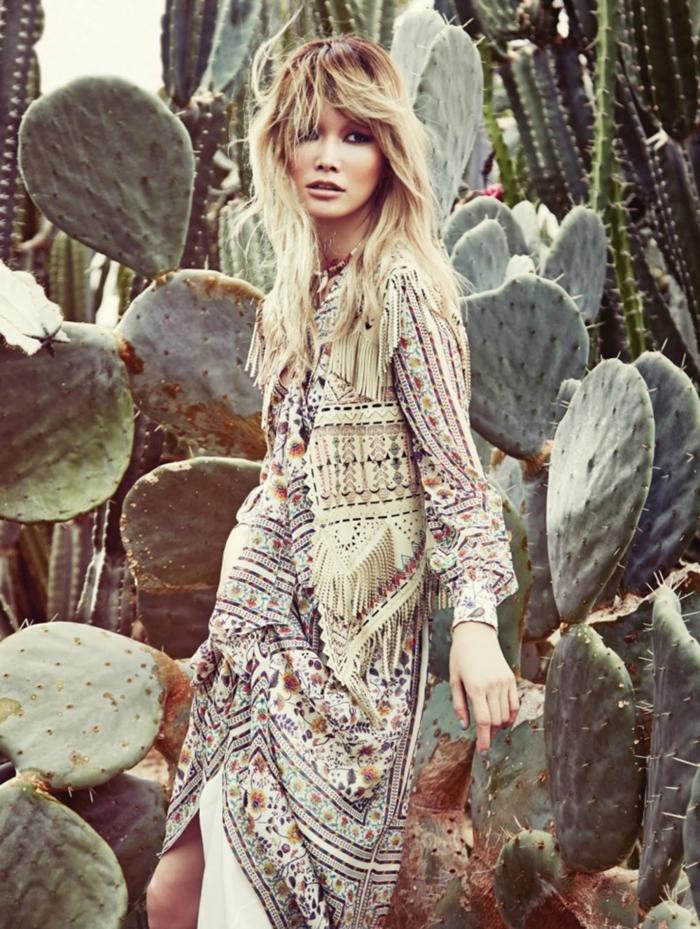 ropa boho chic moderna, largo vestido con estampado de pequeñas flores y detalles étnicos