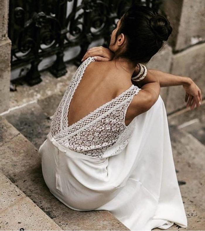 vestido de novia boho con líneas limpias y espalda semidescubierta de encaje, falda de satén con cintura alta