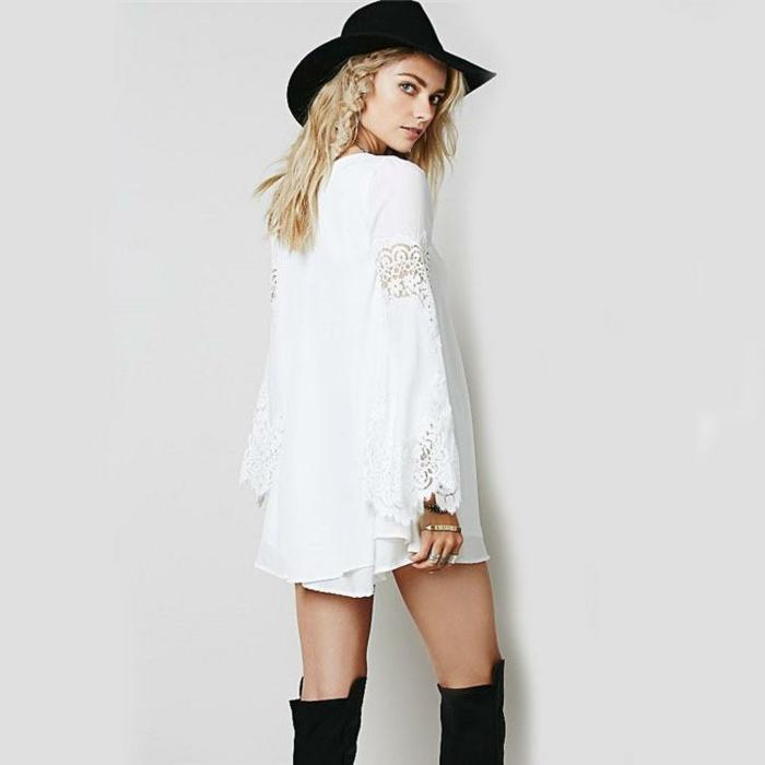 vestido-boho corto moderno en blanco, combinación con botas y sombrero en negro, detalles florales en las mangas