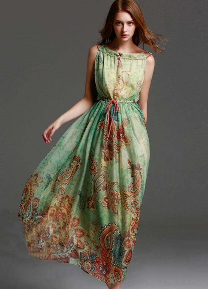 vestido boho largo de encanto, fondo verde claro y detalles florales en color naranja, precioso diseño para el verano
