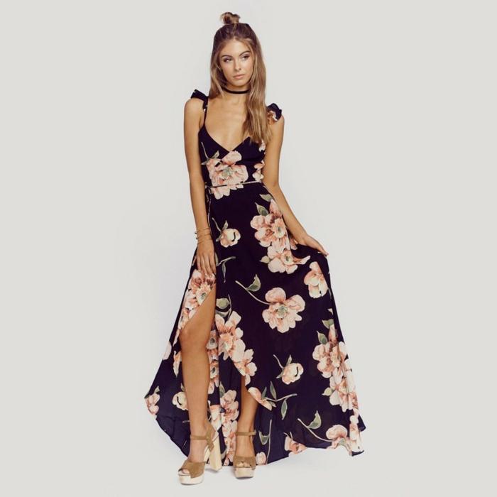 vestido boho bonito en negro con grandes flores en rosado, vestido sin mangas con grande hendidura y escote en v