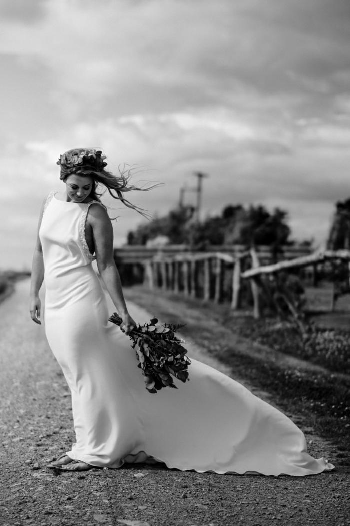 ideas vestidos ibicencos baratos, diseño sencillo y corte princesa, decoración de flores en la cabeza y bonito ramo de flores