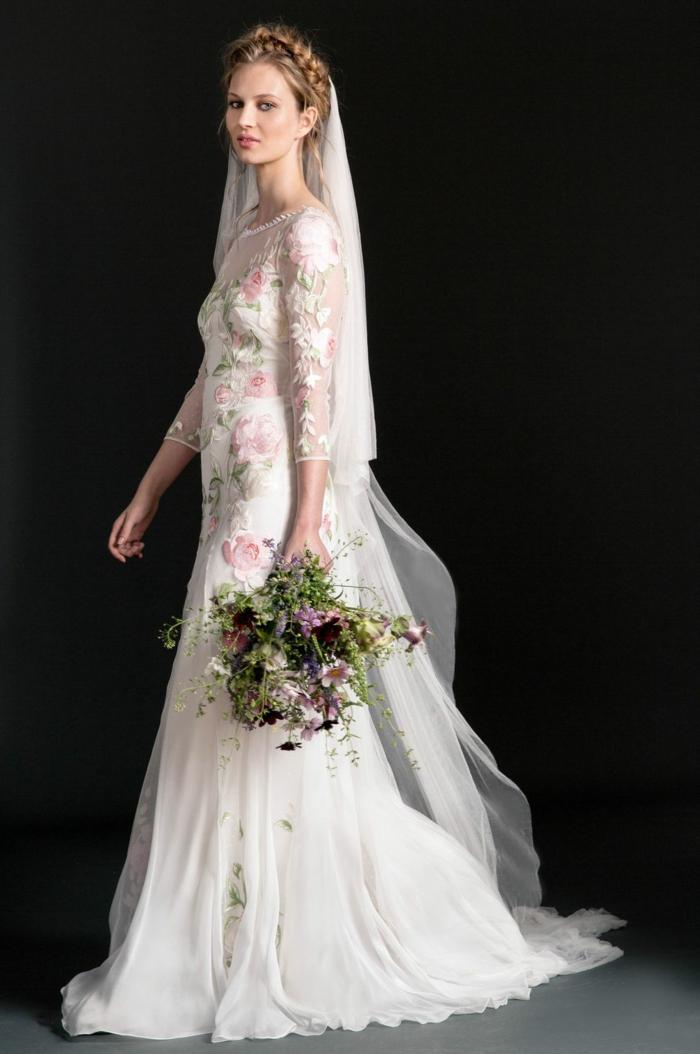 idea vestidos ibicencos baratos, vestido largo en color blanco con partes en bordado con rosas rosas, pelo recogido en moño trenzado