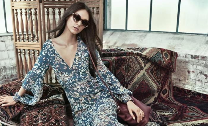 fantástico diseño vestido boho, diseño casual, tela en azul con estampado de flores, pelo largo suelto