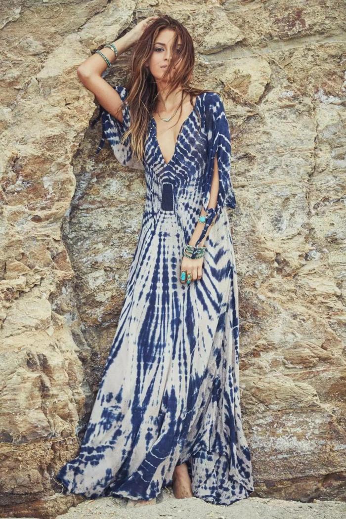 precioso diseño vestido boho, largo vestido con estampado en azul y blanco, mangas largas originales y escote atrevido