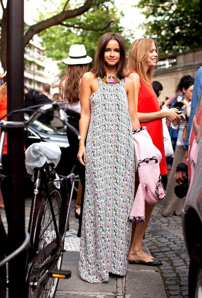 ropa boho chic tendencias 2018, vestido largo maxy sin mangas con motivos florales en fondo claro, vestidos modernos estilo bohemio