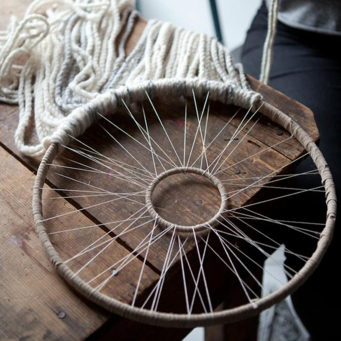 como hacer un atrapasueños paso a paso, manualidades para decorar la casa, dos aros de madera e hilo de lana en blanco y gris