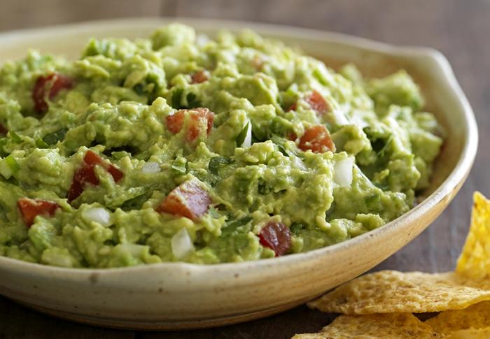 guacamole receta glásica, salsa con aguacate, tomates y cebolla, comidas de verano faciles y rapidas ideas ricas