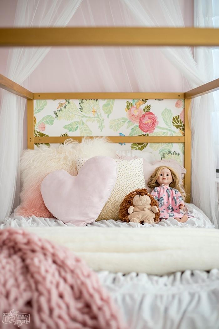 ideas de decoración de habitaciones de niñas, cama decorada con mantas y cobijas en colores claros y pasteles, dosel de visillo