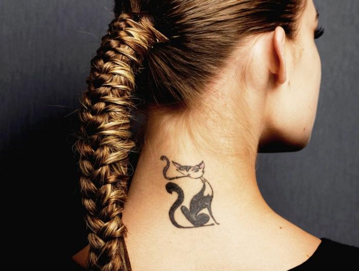 ideas de tatuajes en la nuca con animales, adorable tattoo en la nuca de un gato con cigarra, tendencias tatuajes 2018