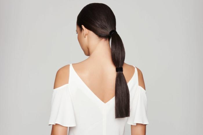 interesante propuesta peinado moderno, cola baja con pelo muy largo, peinados con coleta modernos