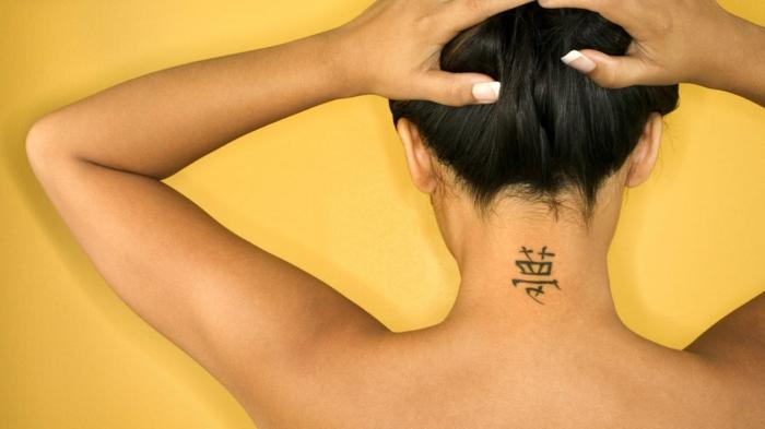 tatuajes femeninos de encanto, tatuaje tinte negro simbolos japoneses, tatuajes en la nuca