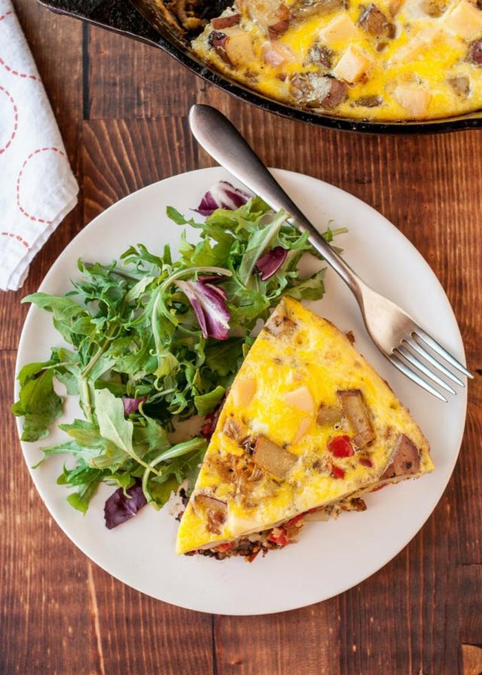 ideas de comidas de verano faciles y rapidas, tortilla con pimiento rojo, patata roja y gauda, ideas fáciles y ricas de cenas originales