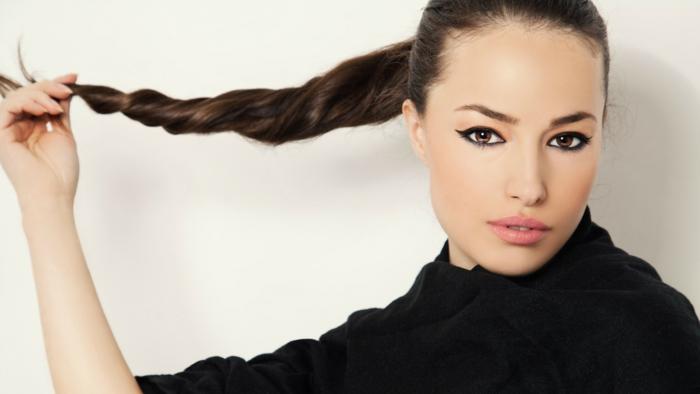 peinados con coleta faciles de hacer, cabello castaño muy largo recogido en cola alta, tendencias peinado mujer 2018
