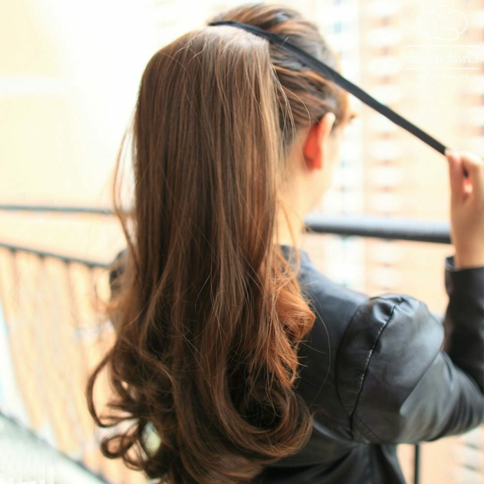 peinado romantico y moderno, pelo castaño largo ligeramente ondulado, ideas de peinados con coleta