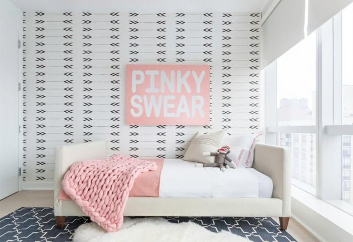 ideas increibles de decoracion de habitaciones de niñas, dormitorio en blanco y rosado, paredes con papel pintado con flechas, detalles decorativos en rosado