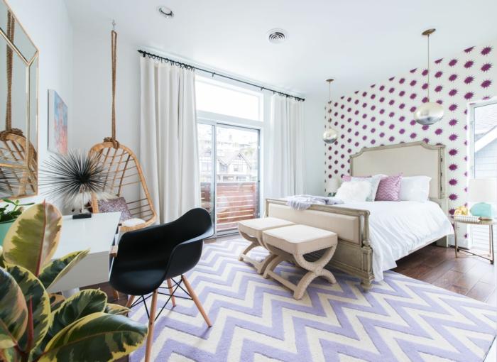 preciosas ideas de habitaciones de niñas, grande dormitorio con paredes con papel pintado elementos en morado y lila y plantas verdes