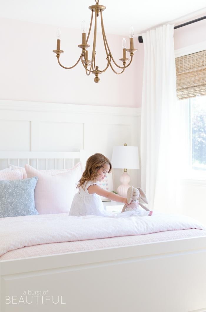 precioso dormitorio de niña decorado en tonos pastel, cobijas en rosado y azul, ideas sobre decoracion de habitaciones de niñas