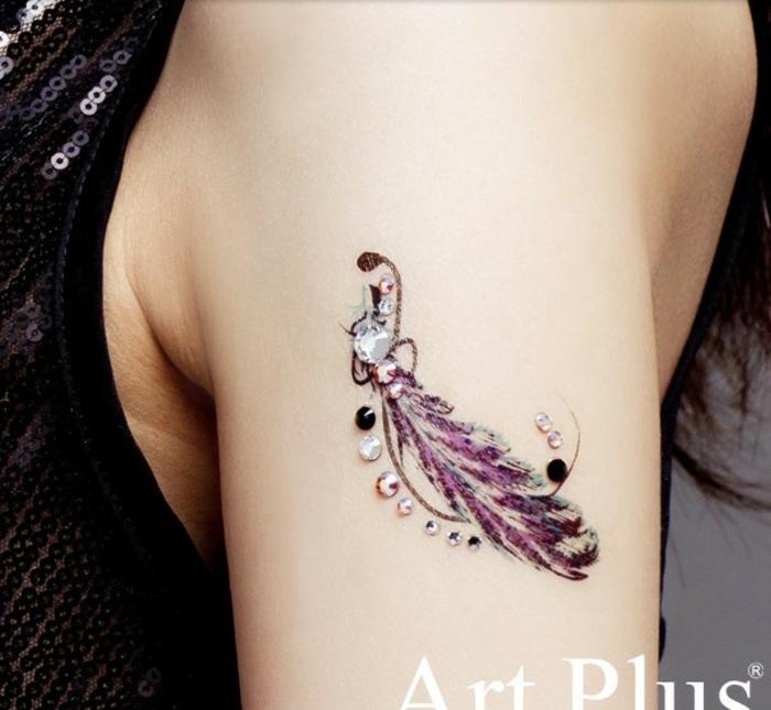 precioso tatuaje en el brazo en color lila, ideas de tatuajes de plumas, arte corporal con lentejuelas