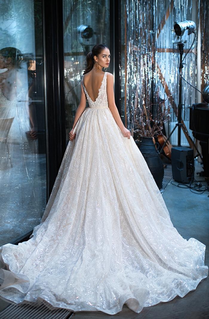 propuesta de encanto vestidos de novia con encaje, vestido con falda muy larga y espalda descubierta de encaje