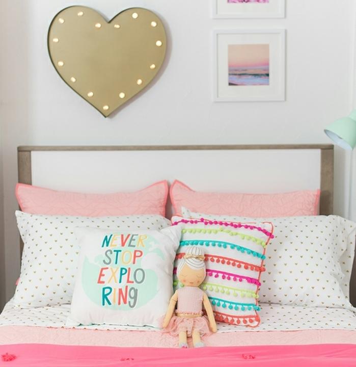 habitaciones de niñas de encanto, preciosa decoración de cuadros decorativos en la pared en colores pastel y cojines coloridos