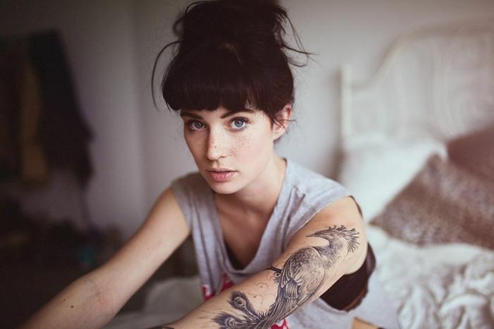 ideas de tatuajes de plumas, tatuajes grandes en el brazo, ideas de tattoo para mujeres y hombres