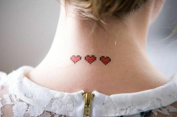 preciosas ideas de tatuajes en la nuca, tres corazones rojo pequeños tatuados en la parte superior del cuello
