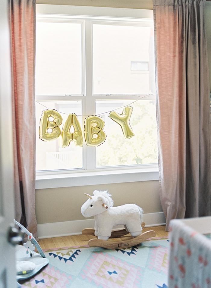 habitación infantil de encanto, decoracion de globos con letras y peluches, ideas de habitaciones de niñas