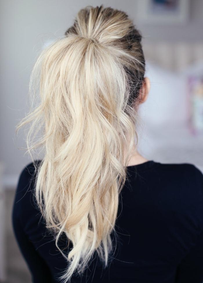 ideas peinados faciles pelo largo, coleta de caballo fácil de hacer, pelo largo rubio con raices oscuras recogido en cola