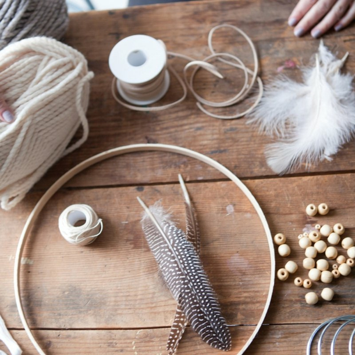 materiales necesarios para hacer atrapasueños, como hacer un atrapasueños paso a paso, hilo de lana, plumas de halcón, plumas, blancas, cuentas y aro de madera