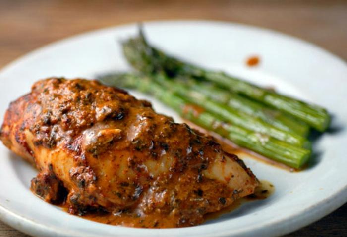 pollo con salsa casera de tomates, mostaza y lima adornado con espárragos cocidos al vapor, comidas de verano faciles y rapidas paso a paso
