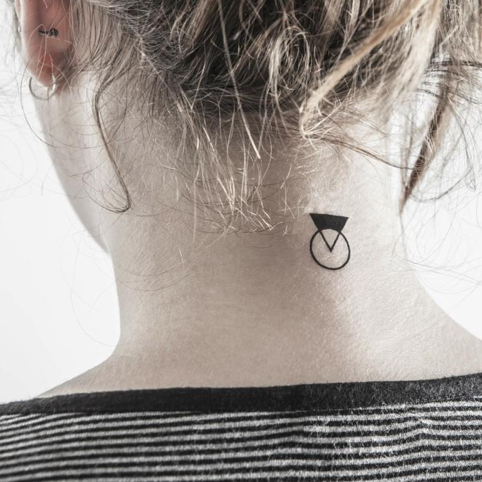 tattoos minimalistas, tatuajes en la nuca con significado, triangulo en negro con circulo transparente