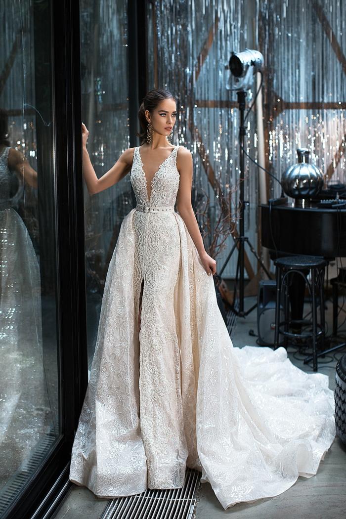 vestido de novia con falda amplia de dos partes, corte princesa con escote muy abierto, tendencias 2018 vestidos de novia baratos
