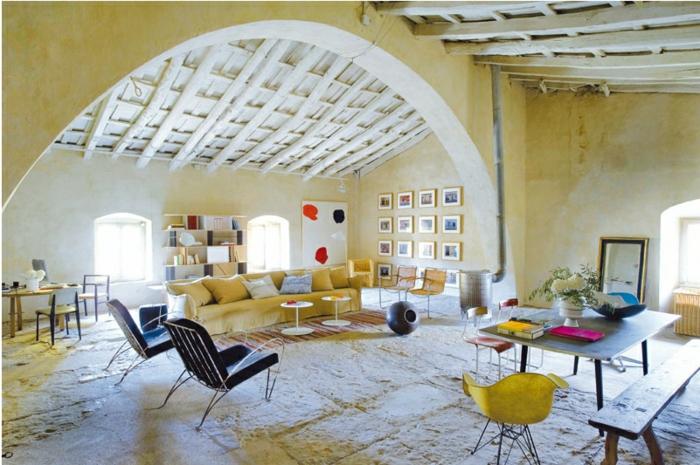 precioso espacio decorado con muebles modernos, paredes en beige efecto desgastado, salones rusticos bonitos