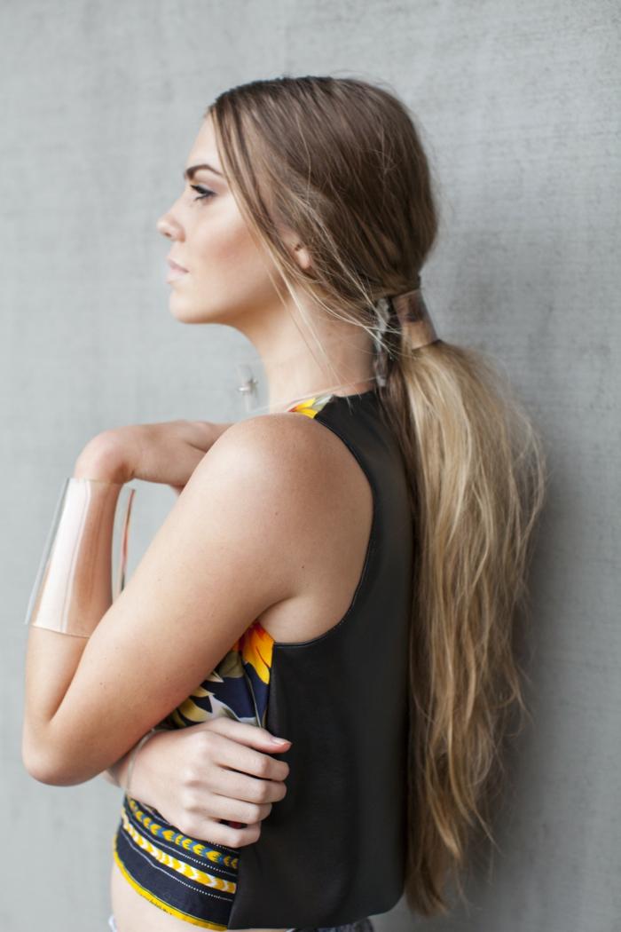 propuesta moderna pelo muy largo rubio con balayage, peinados con coleta modernos y fáciles de hacer