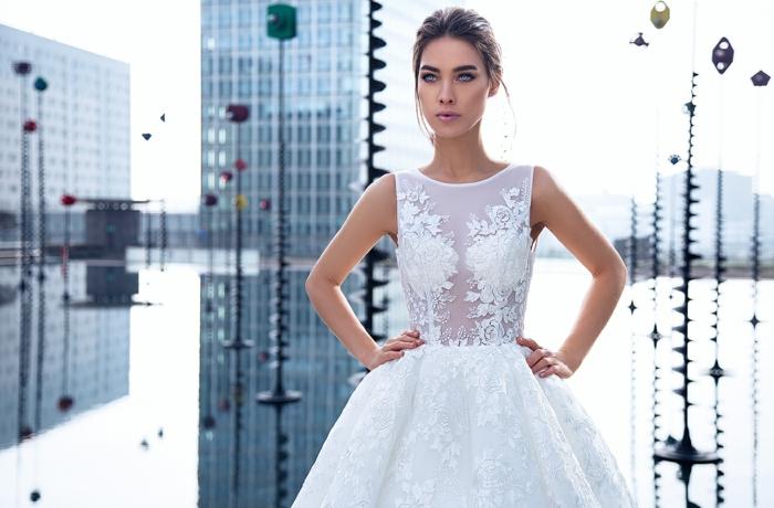 diseños modernos de vestidos de novia con encaje, parte superior semitransparente sin mangas, falda grande con motivos florales