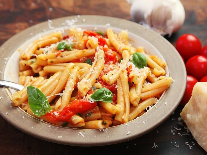 como hacer una pasta con 5 ingredientes en 10 minutos, recetas faciles y rapidas pasta con albahacas, tomates y parmesano
