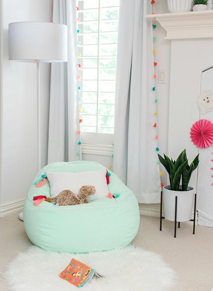 dormitorio de encanto decorado en colores claros, paredes en blanco cortinas con pompones coloridos y puf en verde menta, detalles para decorar habitaciones de niñas