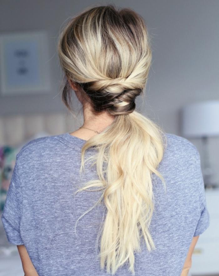 propuestas peinados faciles pelo largo, cola baja con interesantes detalles, cabello largo ondulado rubio castaño en las raices